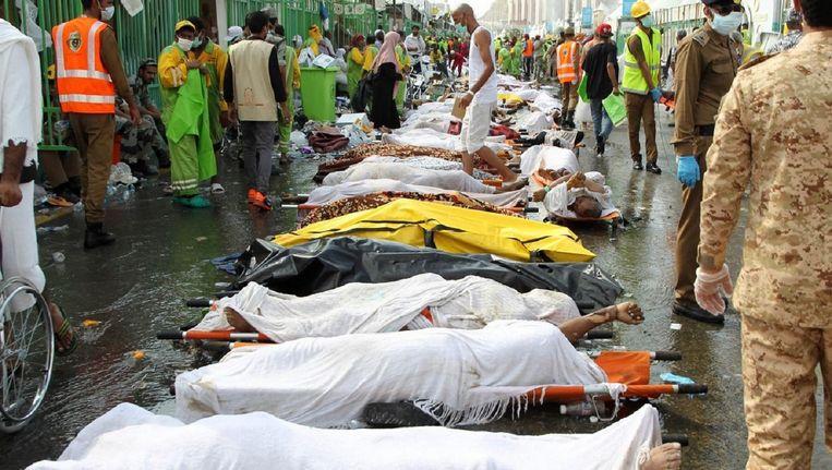 Lichamen van slachtoffers liggen op een rij op de plek van het drama in Mekka 2015.