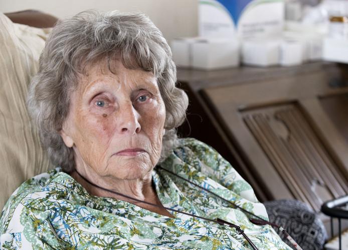 Hannelore Gerritsen vertelt dat haar 84-jarige moeder Thea na een val zo ongeveer met alle knelpunten in de zorg te maken kreeg, die nu in de actualiteit zijn. Opnamestop in MST, tekort aan verpleeghuisbedden, tekortschietende thuiszorg.