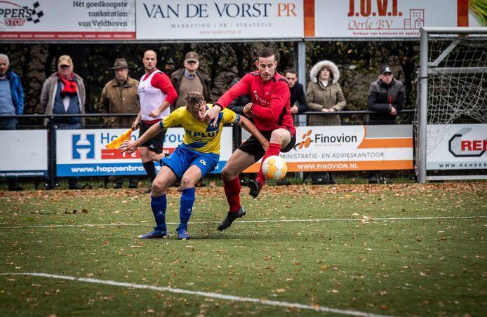 Jasper Mol in duel met Gijs Wuijts tijdens de wedstrijd RKVVO - EFC.