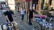 Door klanten versierde bloembakken moeten social distancing garanderen op terras Taverne De Met