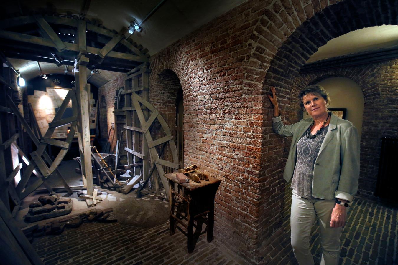 Andrea Kieskamp in de kelders van Slot Loevestein. In december 1942 werd daar 1100 strekkende meter aan historische documenten uit het Nationaal Archief ondergebracht.