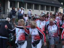 Live: Deelnemers Team Westland leggen gedenkkeitjes bij monument op Tourmalet
