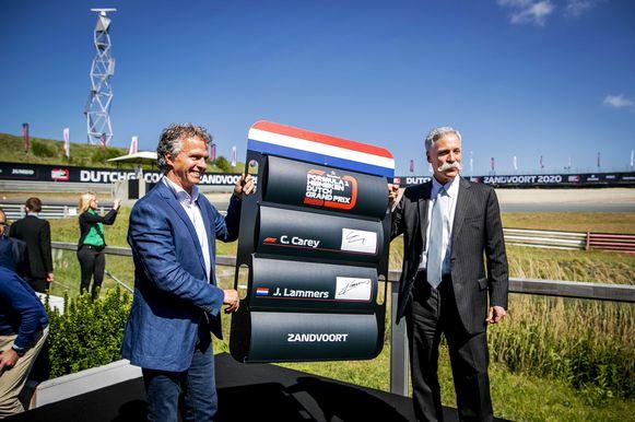 Sportief directeur Jan Lammers en Chase Carey van de Formula One Group, tijdens de ondertekening van de overeenkomst van de Grand Prix op racecircuit Zandvoort.