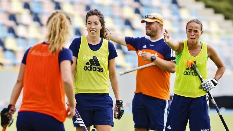 Max Caldas (achtergrond) leidt de training van Oranje. Beeld anp