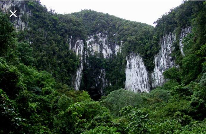 De buitenkant van de betreffende grot
