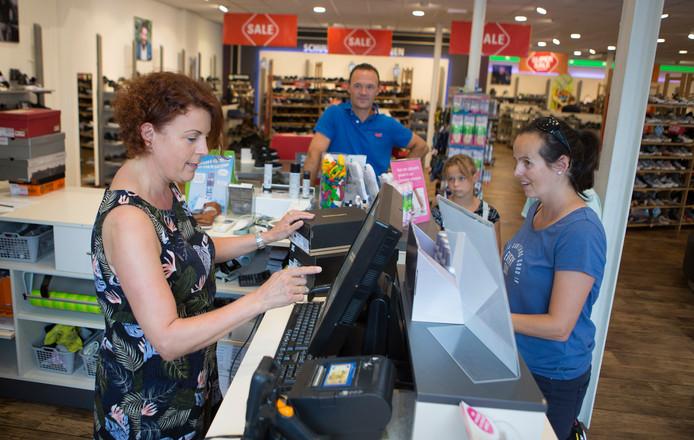 Collin en Lindsey Geuke en hun ouders shopten tijdens koopzondag bij Schuurman Schoenen.