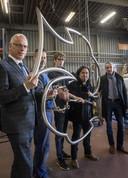 Vlnr: wethouder Jan-Willem van Rees, Taco Dijkstra van TD Welding, Niels Kadijk, Randy van Lingen en ambtenaar Eric Stegehuis.