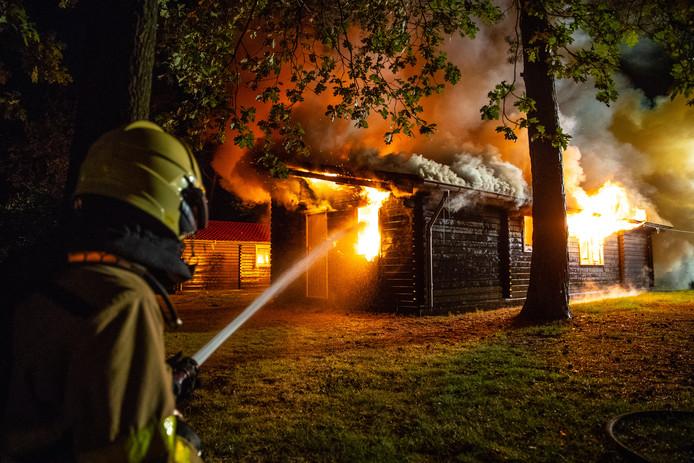 Een felle uitslaande brand heeft in de nacht van maandag op dinsdag een houten chalet op camping De Heidehoek aan de Heidehoeksweg in Wezep verwoest.