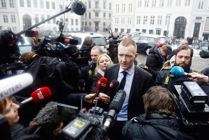 Aanklager Jakob Buch-Jepsen staat de media te woord voor het begin van het proces.
