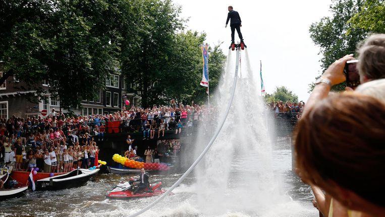 Een flyboard op de Prinsengracht tijdens de Canal Parade in 2014 Beeld ANP
