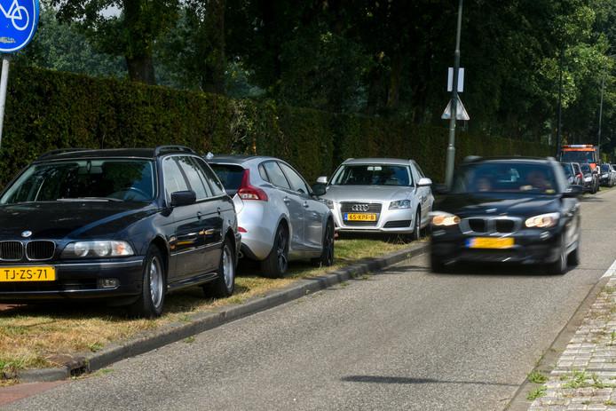 Bezoekers van SSC zijn al jarenlang gedwongen hun auto's te parkeren in de berm van de Bernhardstraat in Sprang-Capelle omdat er op het terrein van de club geen parkeerplaatsen zijn.
