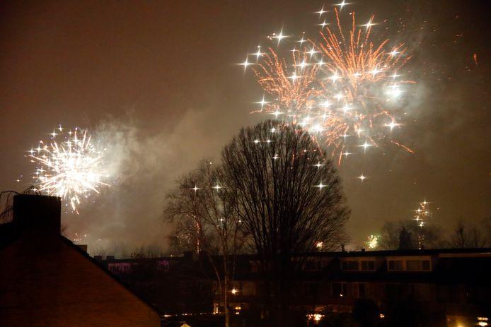 Vuurwerk boven Eindhoven in de wijk Genderbeemd
