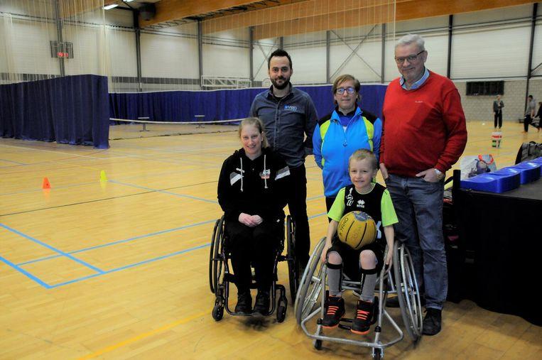 Heidi (Leuven Bears), Rudi (rolstoelleverancier Vigo), mama Sonja, Kyano en Freddy (sportraad) hopen samen een Tiense afdeling voor rolstoelbasketbal uit de grond te stampen.