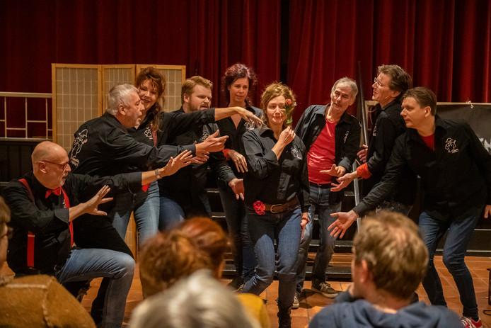 Scene uit de voorstelling van gisteravond in Het Wapen van Emmickhoven.