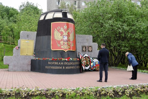 Nieuwe kransen werden gisteren geplaatst in Moermansk bij het monument voor de Koersk, de kernonderzeeër die in 2000 verging.