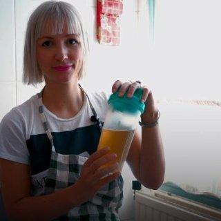 Elfie kookt haar urine in om kunstmest te maken