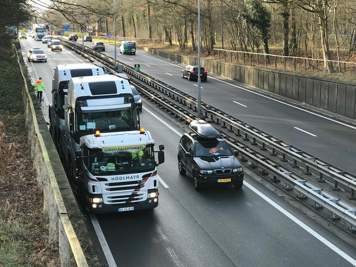 Een vrachtwagen kan niet onder het viaduct door op de A65 bij Vught.