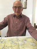 Piet Arts, oud-Harenaar, showt op een oude kaart de plek van het bliksemdrama.