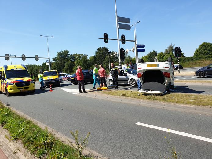 Een auto kwam bij de aanrijding op zijn kop terecht.