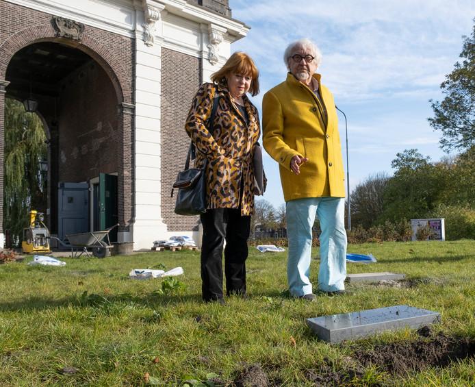 Marinus Boezem en zijn vrouw bij kunstwerk Passage dat wordt teruggeplaatst.