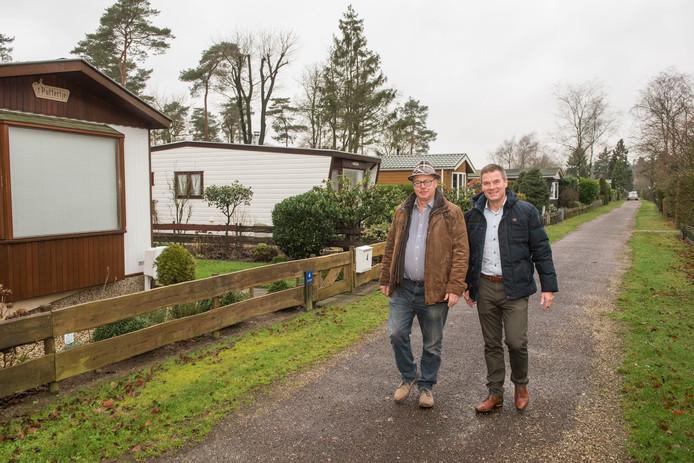 Voorzitter Peter van Essen (l) en secretaris Herman Kool van Puttense Recreatie Ondernemers Vereniging willen dat de gemeente Putten met tegemoetkomende maatregelen komt voor recreatieparken die leegstand hebben na de handhavingsacties van de gemeente Putten op permanente bewoning.
