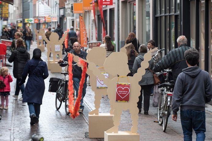 De extra fietsenstallingen moeten ervoor zorgen dat mensen hun fiets minder vaak mee de winkelstraat in nemen. Dat geeft daar meer ruimte in deze coronatijden