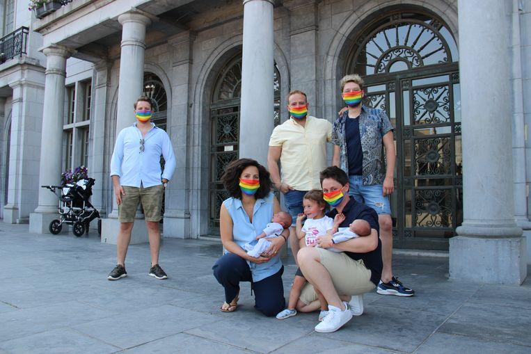 Schepen Demeulemeester, Benoît, Winne, Tineke en Katrien met de regenboogmondmaskers.
