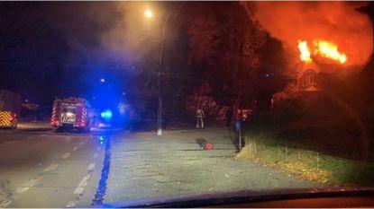 Schouwbrand zet dak van villa in lichterlaaie: rookmelders voorkomen erger