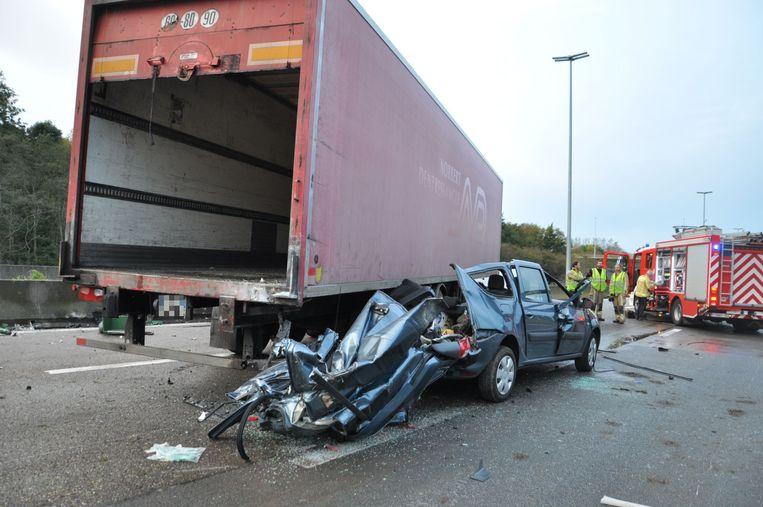 De bestuurder probeerde nog verder uit te wijken naar rechts, maar was te laat.
