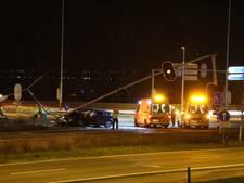 Auto rijdt verkeerslichten omver, A30 bij Barneveld dicht