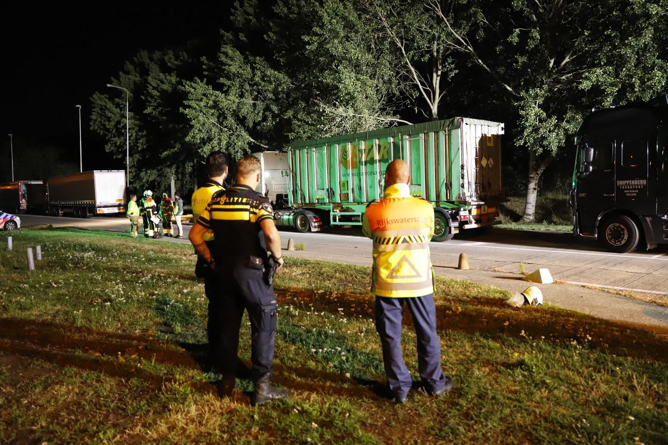 De brandweer is samen met de politie een onderzoek gestart naar een lekkage uit een vrachtwagen op parkeerplaats de Hondsiep langs de A73 bij Haps.