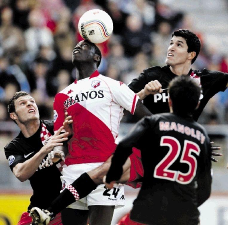 Mulenga van FC Utrecht wint een kopduel van Rodriguez (rechts) en Pieters. (FOTO ROBIN VAN LONKHUIJSEN, ANP) Beeld EPA