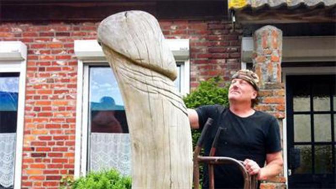 Houtkunstenaar Peter de Koning maakte een metershoge fallus en plaatste deze als protest in zijn voortuin.