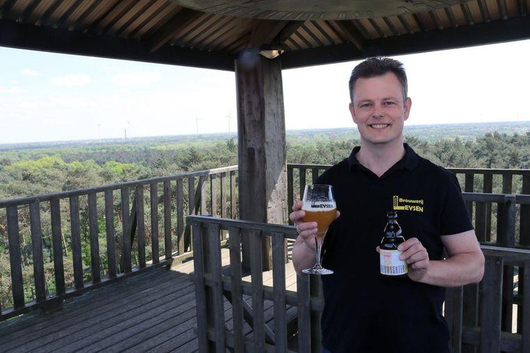 Jorge Leysen met zijn nieuw bier op de Toeristentoren.