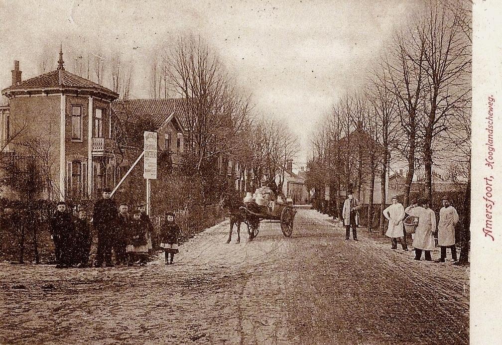 Een winterdag begin 1900. Paard-en-wagen hebben het moeilijk op de besneeuwde Hooglandseweg. De leveranciers rechts en het groepje jongelui dat op de hoek van de Schimmelpenninckstraat staat, hebben meer aandacht voor de fotograaf.