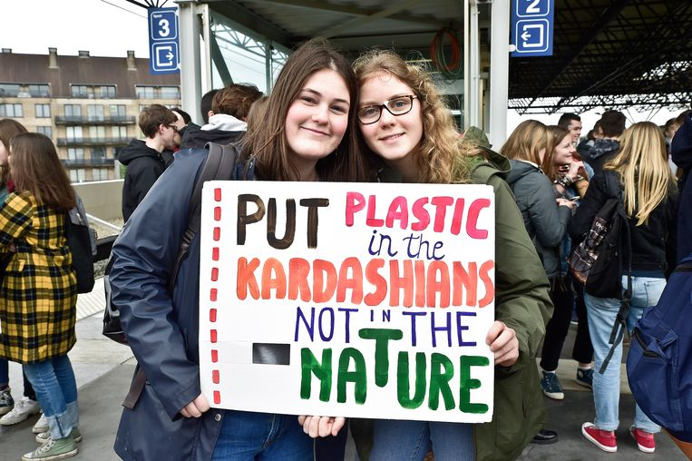 De jongeren dragen ludieke slogans met zich mee.