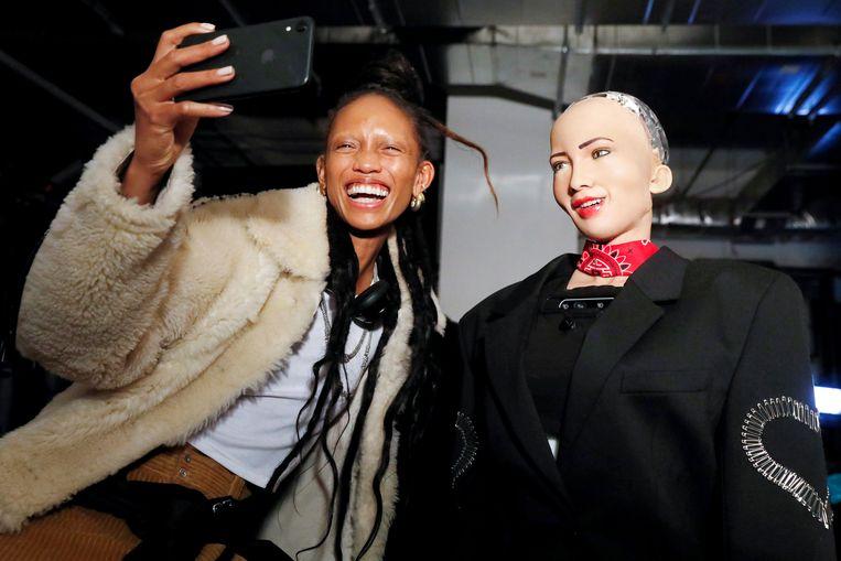 Links model Adesuwa Aighewi, rechts robot Sophia.