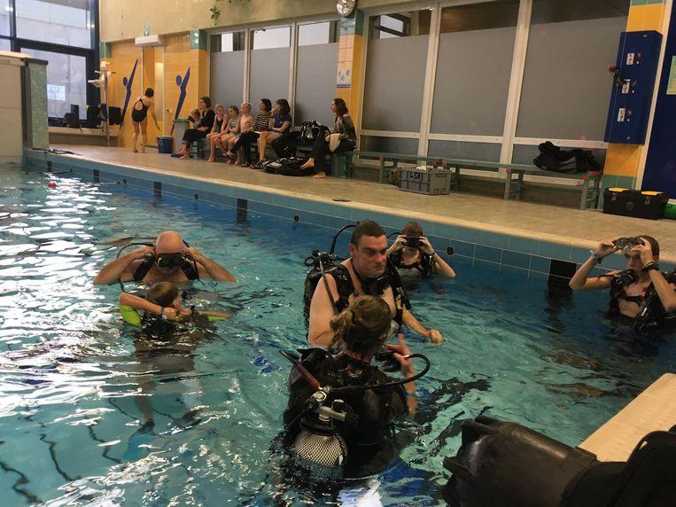 De leden van de Lokerse duikclub Orka bleven 12 uur onder water voor het goede doel.