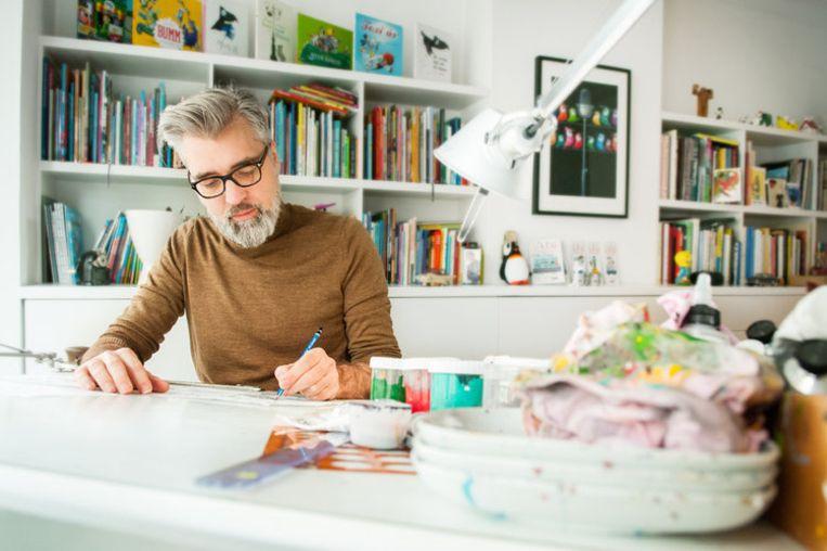 Leo Timmers aan het werk in zijn atelier.
