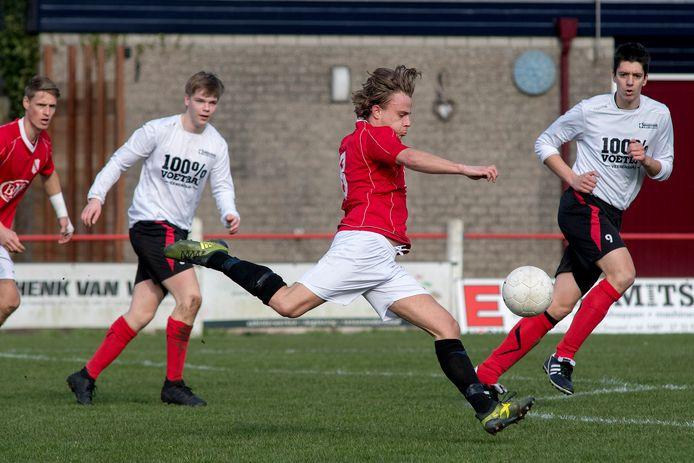 Tries van Blijderveen haalt uit in het duel van Echteld tegen Kesteren, in maart van dit jaar.