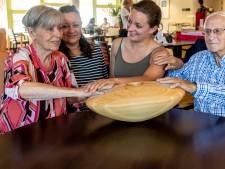 Dit houten ei geeft de dementerende Dinie weer contact met haar naasten