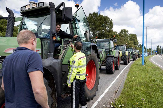 Thijs Wieggers in gesprek met een agent vrijdag voorafgaand aan de boerenacties.