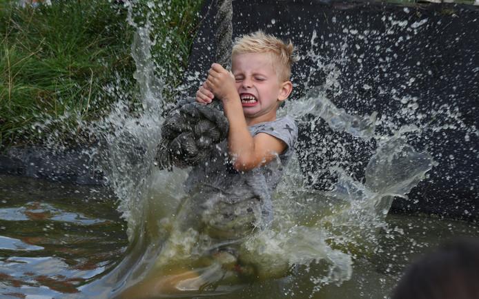Gelukkig zijn niet alle kinderen bij een buitenfeestje bang om een keer te vallen....