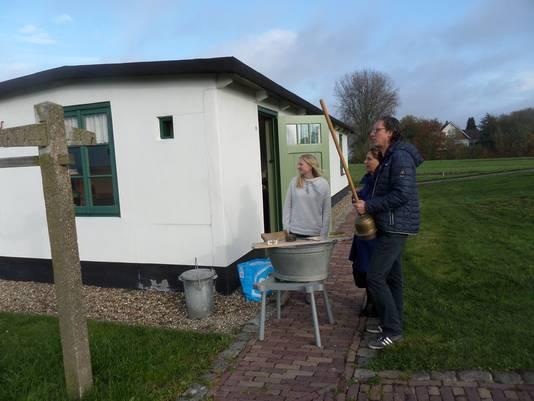 Gaston Smeets vertelt bezoekers bij de noodwoning in Meeuwen hoe vroeger de was werd gedaan.