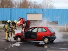 Auto vliegt in brand op industrieterrein Kampen