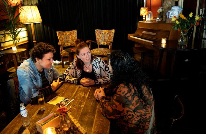 Generalist-Verbinder Annika Brantz (l) en Verbinder Wilma Schrijen (beiden WIJeindhoven) in gesprek met vrijwilligster Zehra.