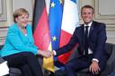 Angela Merkel begroet Emmanuel Macron.