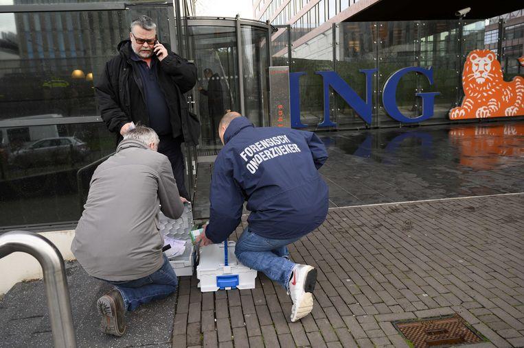 Bij het hoofdkantoor van ING in Amsterdam-Zuidoost ontplofte donderdag een bombrief. Er raakte niemand gewond. Beeld ANP