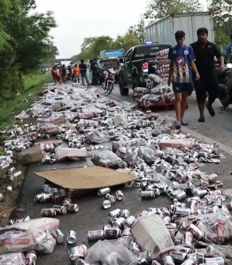 Accident de camion et... bières pour tout le monde