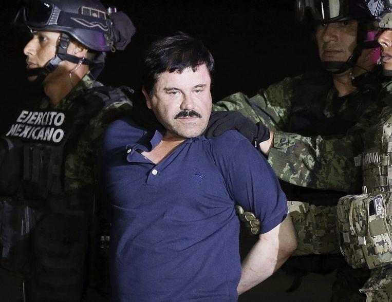'El Chapo' toen hij op 8 januari 2016 naar een zwaarbeveiligde gevangenis werd gebracht in Mexico-Stad. Beeld EPA